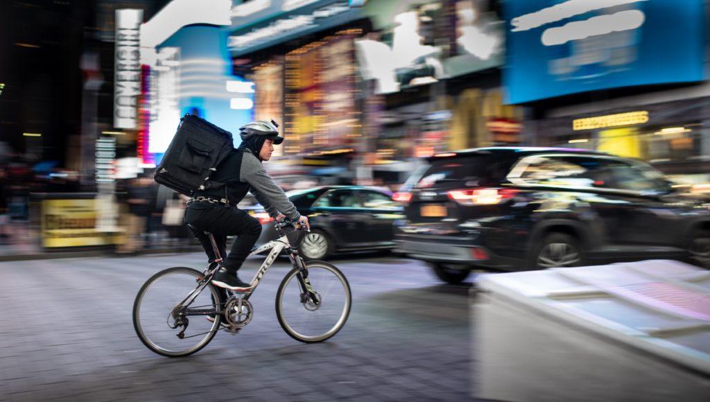 trabajador bici ciclista